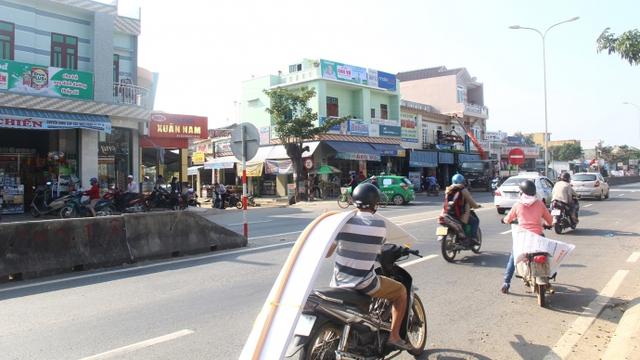 QL1 mở rộng (đoạn Km947 - Km987) từ thị trấn Vĩnh Điện, TX Điện Bàn đến huyện Phú Ninh, Quảng Nam vẫn rất chật chộiẢnh: Hứa Xuyên Bình.