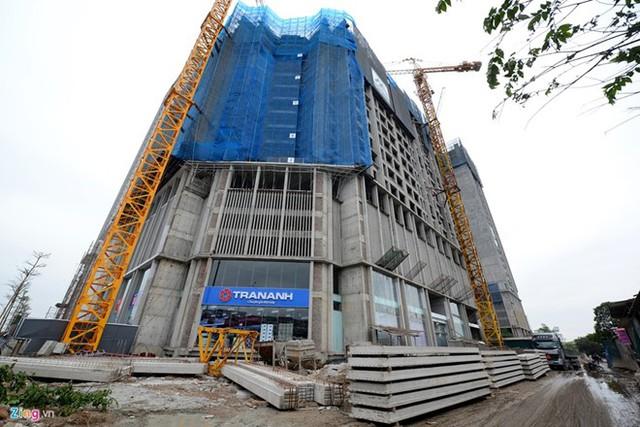 Dự án Eco Green City trên đường Nguyễn Xiển vẫn ngổn ngang nhưng siêu thị điện máy Trần Anh khai trương rầm rộ tại khối đế. Ảnh: Tiến Tuấn.