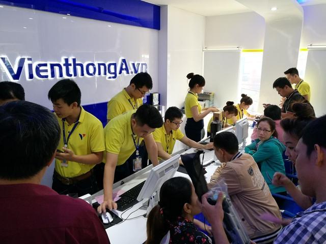 Khách mua hàng tại Viễn Thông A dịp ra mắt iPhone 7 - Ảnh: H.Đ