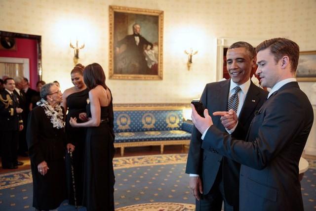 Tổng thống Obama và nam ca sĩ kiêm diễn viên Justin Timberlake có mối quan hệ khá thân thiết. Chàng trai tài hoa này từng tham gia một số sự kiện cùng đệ nhất gia đình Mỹ, như biểu diễn ca khúc nổi tiếng Sittin On The Dock Of The Bay trong buổi lễ In Performance vinh danh những thành tựu về nhạc soul của vùng Memphis năm 2013. Timberlake từng chia sẻ Obama là người tuyệt nhất anh từng gặp. Ảnh: White House.