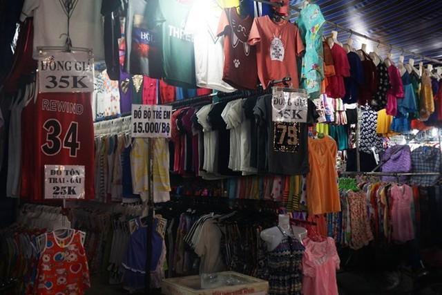 Ông Lê Tiến Trường cho hay quần áo nam, nữ, trẻ em ở 6 chợ đầu mối đó đều là hàng Trung Quốc hoặc hàng nhái, hàng giả nhãn hiệu. Ảnh: P.Oanh.