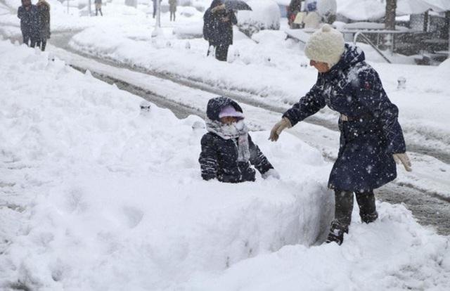Châu Âu chìm trong tuyết và cái lạnh cắt da thịt. Ảnh: AP