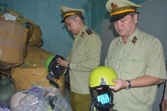 Gần 500 chiếc mũ bảo hiểm giả bị cơ quan chức năng tạm giữ