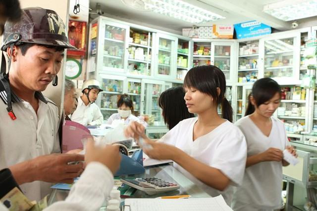 Nhiều nhà thuốc ở TP.HCM bị xử phạt vì bán thuốc quá hạn sử dụng.