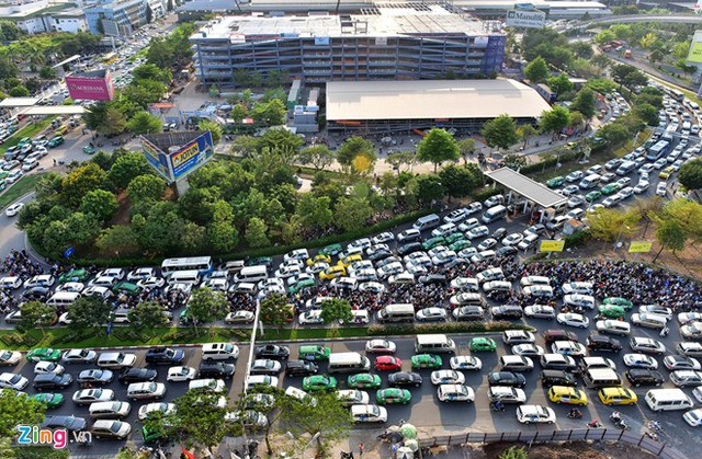 Ôtô, xe máy xếp hàng dài vào sân bay Tân Sơn Nhất sẽ là nổi lo của người dân trong dịp Tết Đinh Dậu sắp tới. Ảnh: Lê Quân.