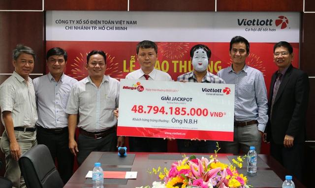 Ông H. mang mặt nạ nhận thưởng gần 49 tỷ đồng. Ảnh: Vietlott.