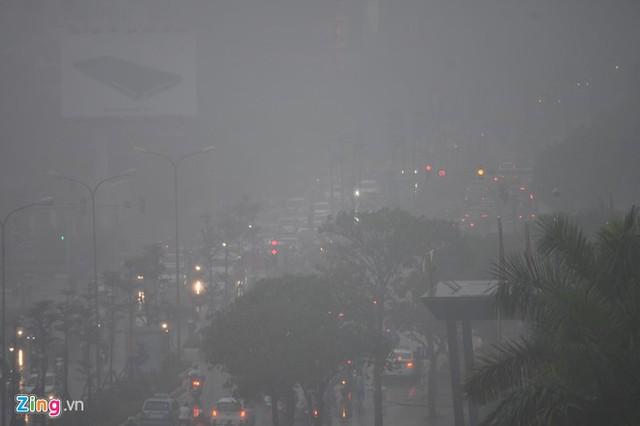 Đường phố Hà Nội ùn tắc trong mưa mù, trời tối sầm - ảnh 2