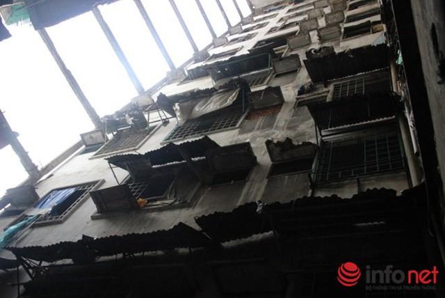 Chung cư 272 Trần Hưng Đạo, Q.5 hư hỏng nặng đang được tháo dỡ.