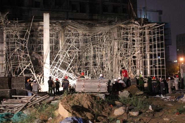 Hiện trường vụ sập giàn giáo khiến 4 người bị thương. Ảnh: Tấn Việt