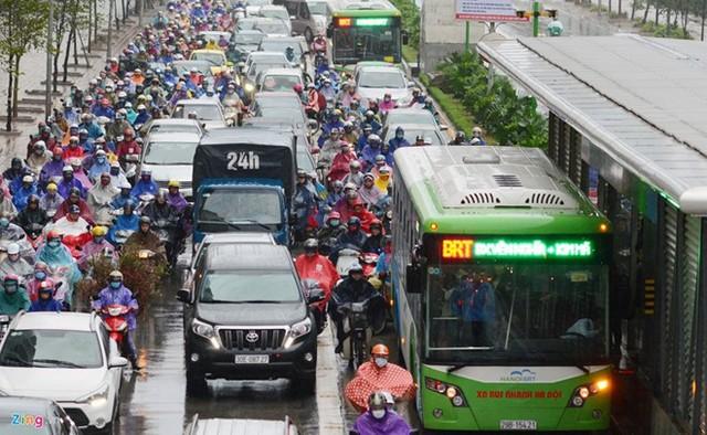 Cảnh ùn tắc diễn ra vào sáng 12/1 trên tuyến đường Tố Hữu, Hà Nội. Ảnh: Zing.vn.