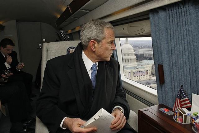 Cựu tổng thống Bush ngắm nhìn thủ đô Washington khi chuyên cơ Air Force One bay qua khu vực phía trên Tòa nhà Quốc hội ngày 20/1/2009. Đó là ngày ông Bush chấm dứt 8 năm làm ông chủ Nhà Trắng. Ảnh: Getty.