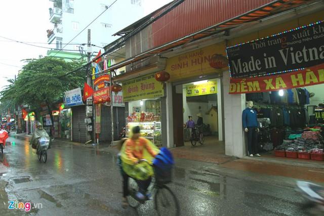 Các cửa hàng bán mứt Tết trên đường Xuân Đỉnh trầm lắng so với mọi năm. Ảnh: H.C.
