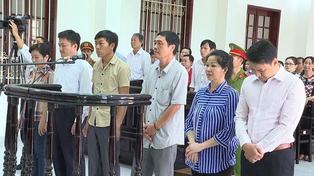 6 bị cáo nghe tuyên án. Ảnh: Minh Anh.