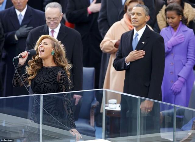 Nữ ca sĩ Beyonce hát quốc ca trong lễ nhậm chức của Tổng thống Obama năm 2013. Ảnh: Reuters.