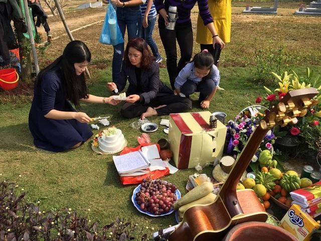Chị Hoa (ngồi giữa) cùng bạn bè lên mộ Trần Lập vào ngày sinh nhật anh.