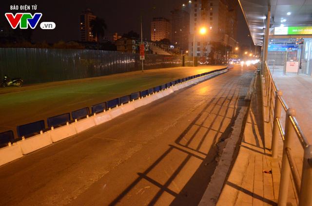 Bắt đầu lắp dải phân cách ưu tiên buýt nhanh ở Hà Nội - Ảnh 1.