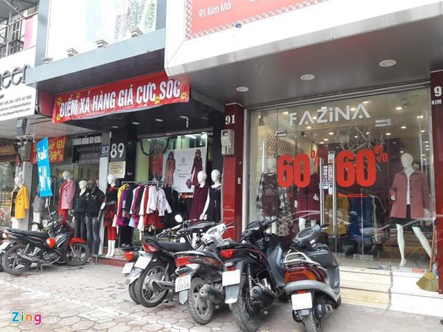Các cửa hàng treo biển giảm giá cao trên phố Kim Mã (Hà Nội). Ảnh: Hiếu Công.