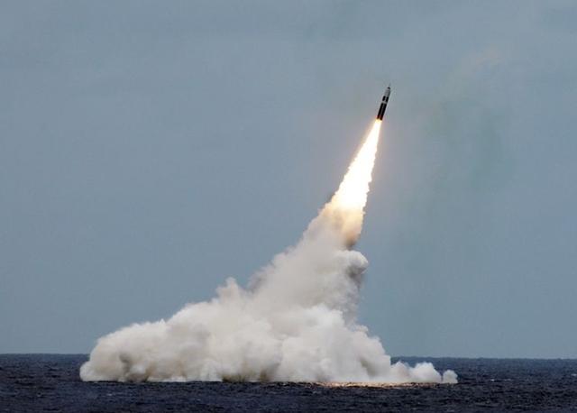 Tên lửa Trident II D5 được Anh phóng từ tàu ngầm HMS Vengeance