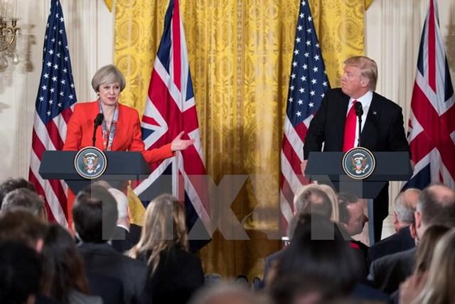 Tổng thống Mỹ Donald J. Trump(phải) và Thủ tướng Anh Theresa May (trái) tại cuộc họp báo chung ở Washington, DC . (Nguồn: EPA/TTXVN)