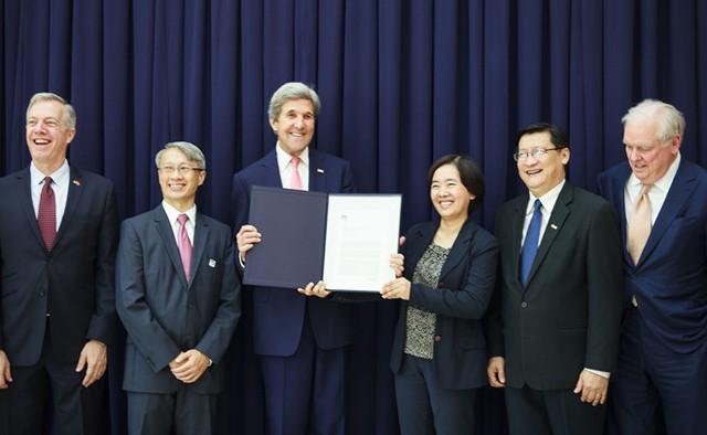 Ngoại trưởng Mỹ John Kerry trao ý định thư về tài trợ cho đại diện Đại học Fulbright. Ảnh: Thanh Tuấn.