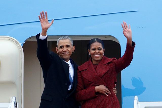 Vợ chồng Obama tạm biệt khi bước lên chuyên cơ Air Force One rời thủ đô Washington hôm 20/1. Ảnh: Reuters.