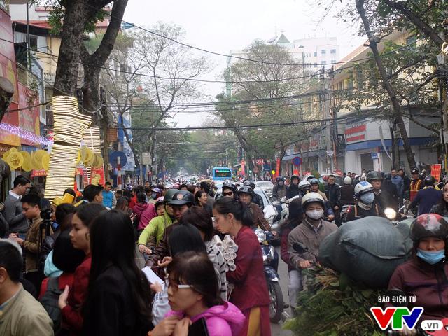 Lượng người đến phố Trần Nhân Tông mỗi lúc một đông hơn