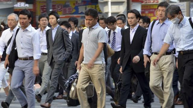 Doanh nhân Nhật trên đường đến công sở. Ảnh: AFP.