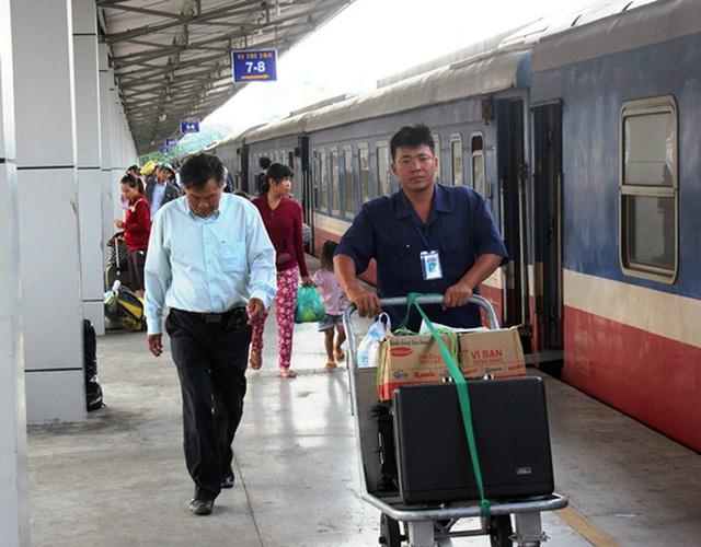 Hành khách đi tàu tại ga Sài Gòn (quận 3, TP HCM)