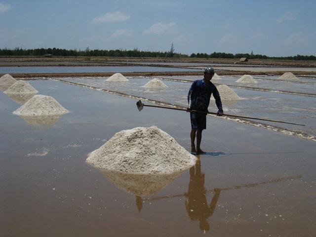 Sản xuất muối đen đã lạc hậu nên diêm dân cần được hỗ trợ chuyển đổi sản xuất Ảnh: DUY NHÂN Du