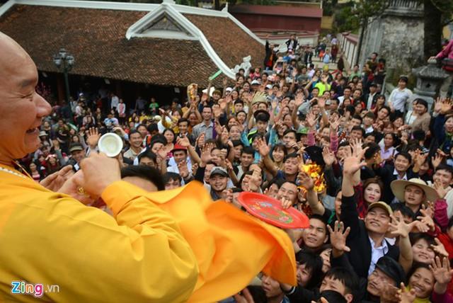 Người dân giành giật lộc của sư thầy tại chùa Hương. Ảnh: Tiến Tuấn.