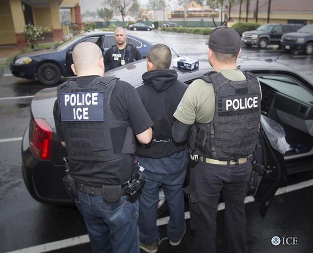 Cảnh sát Mỹ bắt giữ những người nhập cư bất hợp pháp tại 6 bang của nước này. Ảnh: ICE.