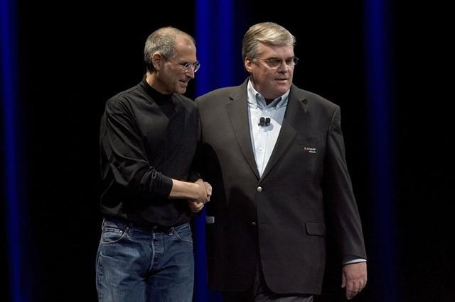Hành trình cách mạng hóa trải nghiệm di động không chỉ ngập tràn các khó khăn vê mặt kỹ thuật mà còn là một cuộc đấu tranh quyết liệt giữa Steve Jobs và các nhà mạng như AT&T, Verizon.