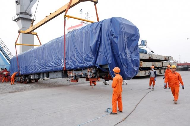 Di chuyển đầu máy đường sắt vào vị trí tại cảng cá Hạ Long (Hải Phòng)