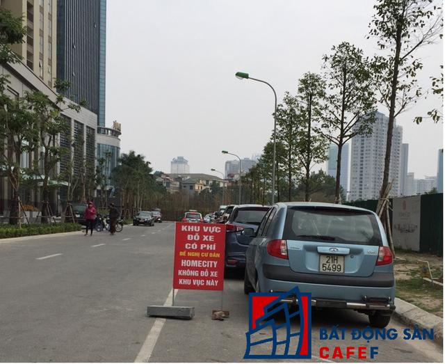 Lòng đường ngay phía trước mặt khu chung cư bị kẻ vạch làm bãi đậu xe trái phép với giá cao.
