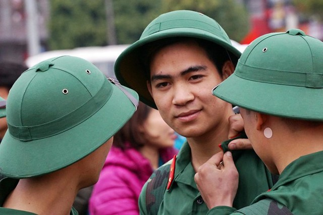 Nhiều tân binh háo hức có mặt sớm để sửa soạn lên đường năm 2016. Ảnh: Tiến Tuấn.