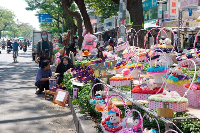 Hoa và các giỏ quà bán tràn ngập trên đường Nguyễn Văn Cừ
