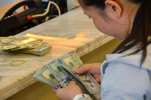 Nguồn cung USD chững lại trong khi nhu cầu ngoại tệ bắt đầu tăng, kéo giá USD trên thị trường nhảy vọt những ngày qua Ảnh: TẤN THẠNH