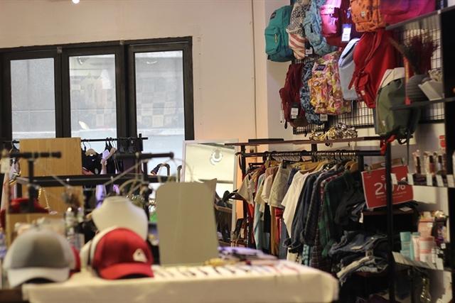 Quần áo, phụ kiện thời trang và mỹ phẩm là những mặt hàng được kinh doanh nhiều nhất trong các chung cư cũ. Ảnh: Lâm Di