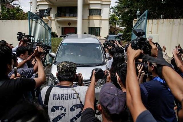 Phóng viên vây quanh Đại sứ quán Triều Tiên ở Malaysia. (Nguồn: EPA)