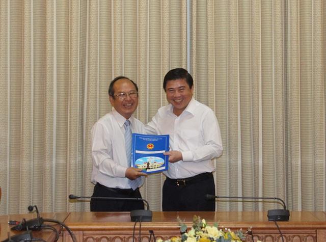Chủ tịch UBND TP HCM Nguyễn Thành Phong (phải) trao quyết định cho ông Nguyễn Hoàng Năng.