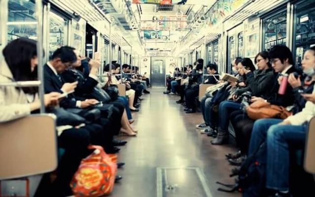 Hình ảnh về một chuyến tàu tại Nhật Bản.