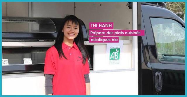 Hình ảnh của Hạnh bên chiếc xe tải bán ẩm thực Việt khi tham gia cuộc thi Ý tưởng khởi nghiệp tại Pháp