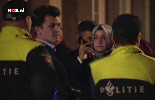 Nữ Bộ trưởng Sayan Kaya bị cảnh sát chặn lại tại TP Rotterdam. Ảnh: DPA