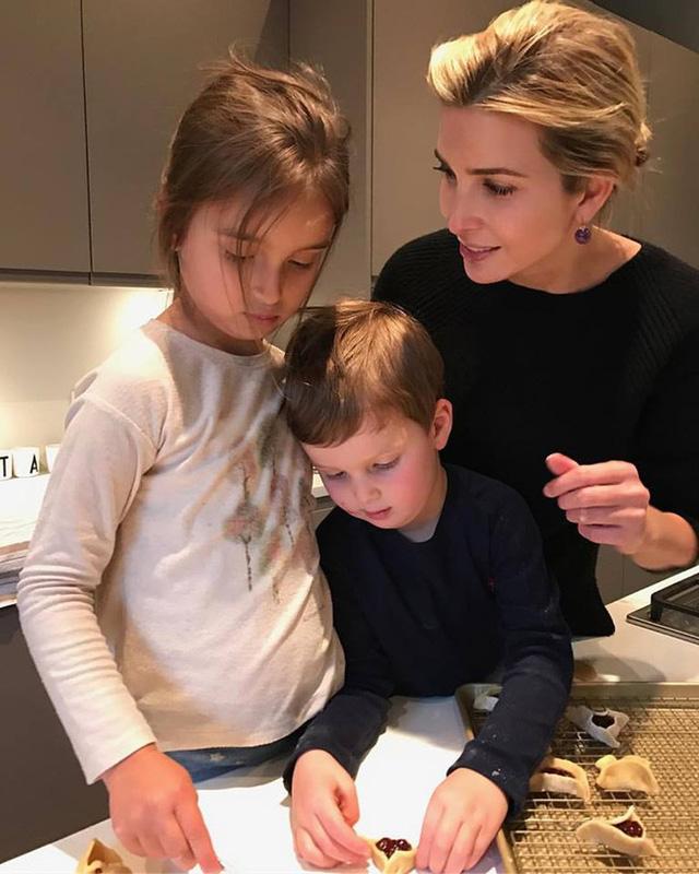 Ivanka cùng hai con làm bánh trong bếp làm người xem cảm thấy vô cùng thích thú.