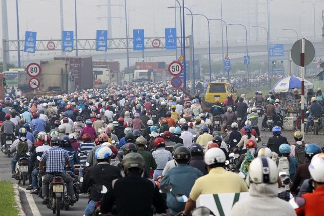 Đường Xa Lộ Hà Nội thường xuyên kẹt xe khi nhiều người ồ ạt đổ về trung tâm làm việc mỗi buổi sáng.