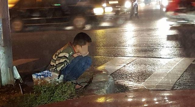 Cậu bé ăn xin ngồi bên đường giữa một chiều mưa tầm tã, nhiều người động lòng nhưng vẫn không muốn giúp? (Ảnh: Facebook Phạm Ngọc Linh)