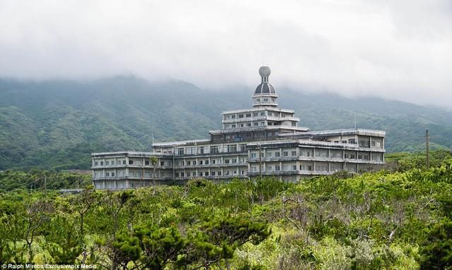 """Khung cảnh hoang vắng của khách sạn Hoàng gia Hachijo ở trên đảo núi lửa Hachijojima, Nhật Bản. Hòn đảo này từng được gọi là """"Hawaii của Nhật"""" trong khi Hoàng gia Hachijo được coi là một trong những khách sạn lớn nhất nước này tại thời điểm nó mở cửa vào năm 1963."""