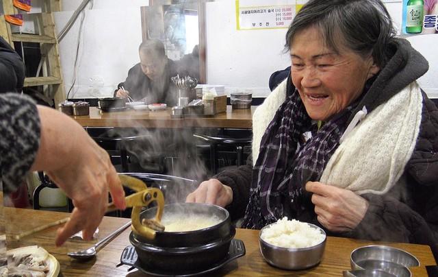 Bữa ăn đạm bạc với cơm và súp của bà Kim, 81 tuổi, làm nghề thu gom rác ở Seoul, Hàn Quốc. Ảnh: Channel News Asia.