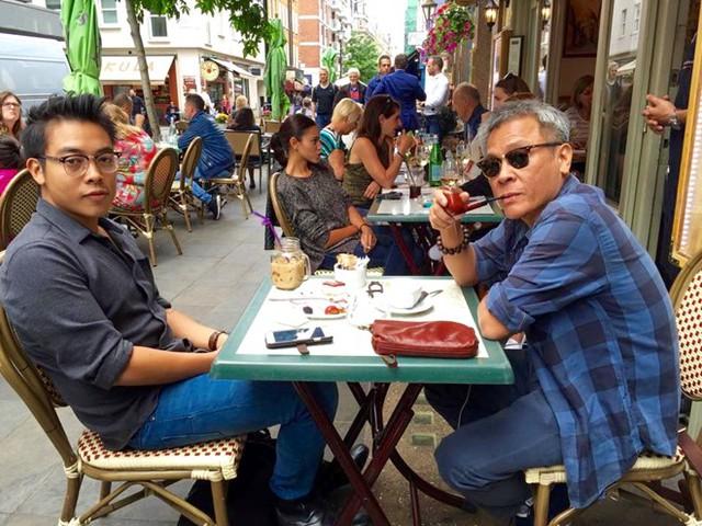 Kiến trúc sư Tạ Mỹ Dương (phải) tại một quán cà phê trên vỉa hè London (Anh). Ảnh: NVCC.