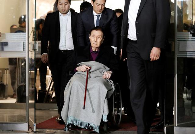 Người sáng lập tập đoàn Lotte có mặt tại tòa án sáng 20/3. Ảnh: Reuters.